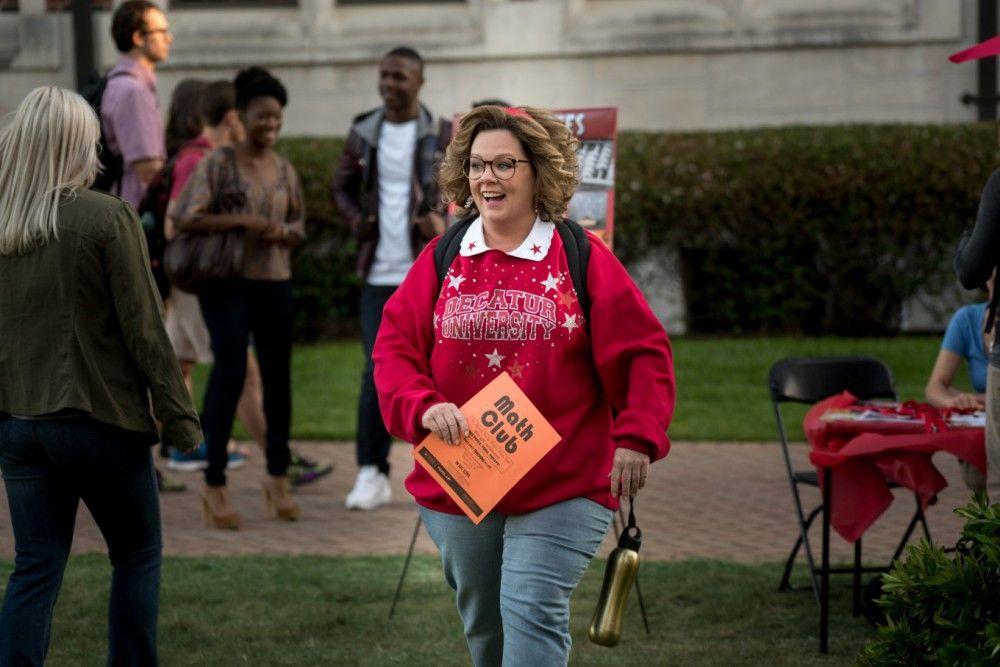 Voller Enthusiasmus nimmt Deanna (Melissa McCarthy) ihr damals abgebrochenes Studium wieder auf.
