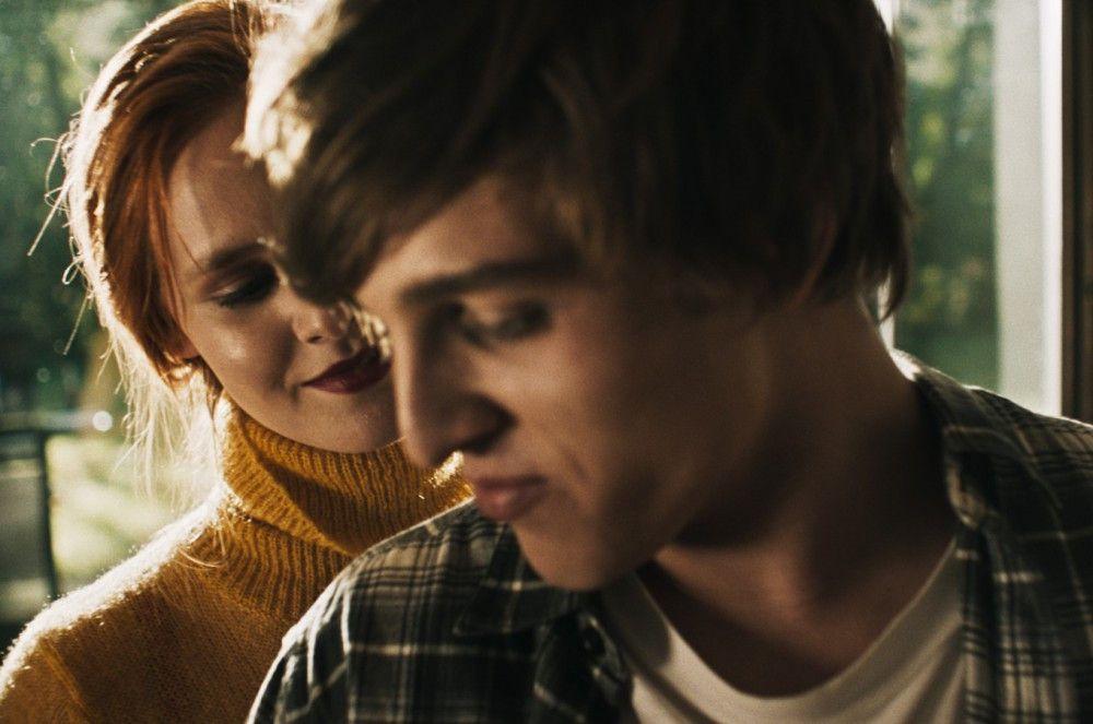 Doro (Lucie Hollmann) reißt Karl (Jonas Dassler) kurzzeitig aus der selbstgewählten Lethargie - nur um alsbald Opfer einer Cyber-Mobbing-Attacke zu werden.