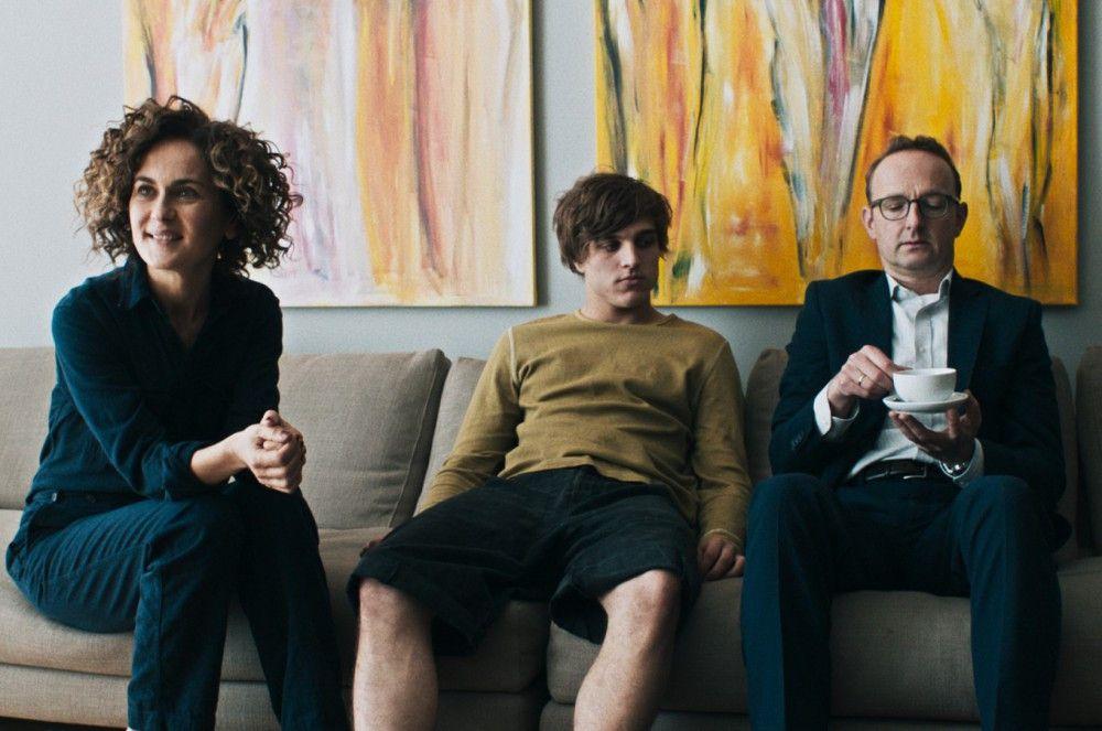 Szenen einer Ehe mit störrischem Sohn: Karls (Jonas Dassler) Eltern (Marie-Lou Sellem und Peter Jordan) wollen den Schaden begrenzen, den der Filius mit seinem Sexvideo im Internet verursacht hat.