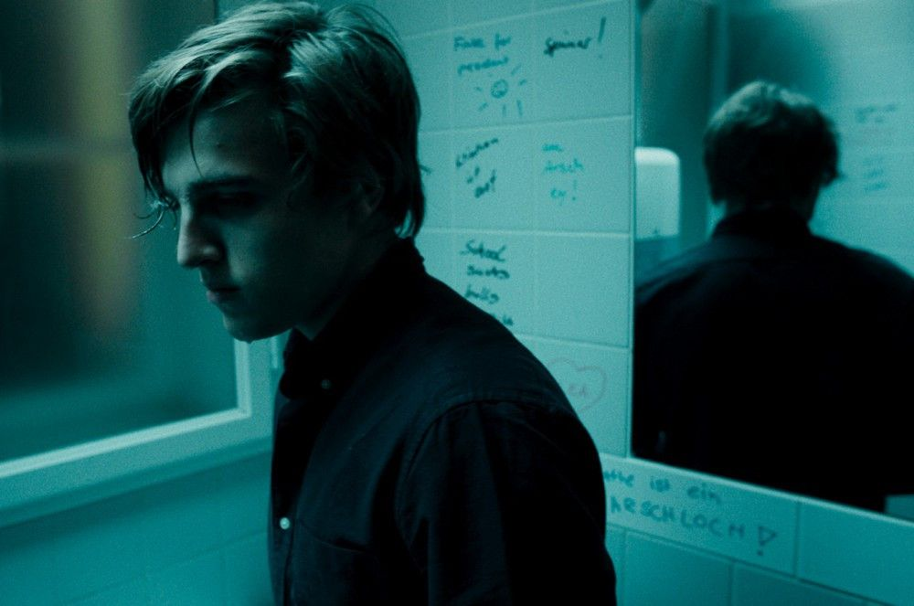 Wie ein Cyber-Zombie: Völlig willenlos lässt sich Karl (Jonas Dassler) von seinen Followern durch das Leben treiben.