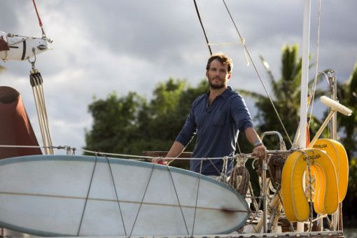 Auf Tahiti lernt Tami den charmanten Richard Segler Richard (Sam Claflin) kennen.