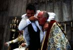 Der trottelige Johnny English (Rowan Atkinson) hat den Erzbischof von Canterbury (Oliver F. Davies) fest im Griff..