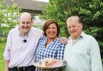 """Mario (links) ist einer der neuen Kandidaten in der RTL-Sendung """"Schwiegertochter gesucht"""". Hier zeigt er sich mit Moderatorin Vera Int-Veen, seinem Vater Horst – und einem Mettigel."""