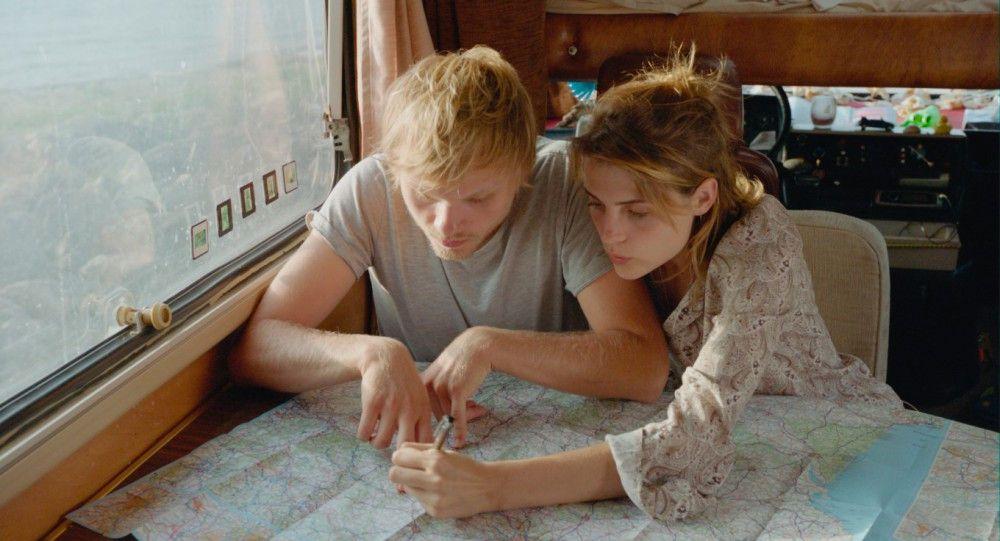 Gemeinsam planen Jan (Anton Spieker) und Jule (Mala Emde) ihre Tour durch Belgien, Frankreich, Spanien und Portugal.