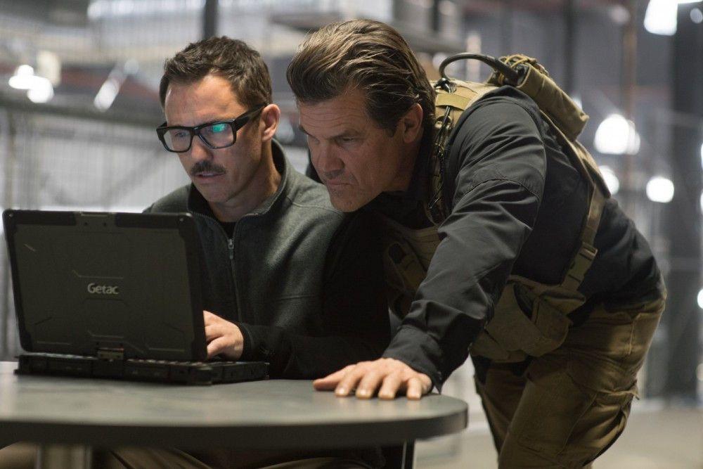 Matt (Josh Brolin, rechts) und Steve (Jeffrey Donovan) bereiten sich auf den Einsatz vor.