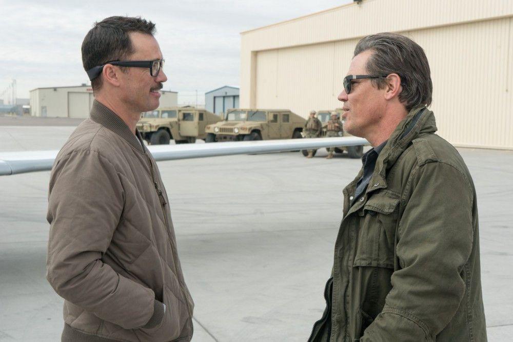 Mexikanische Kartelle schleusen Terroristen über die Grenze. Die Agenten Matt (Josh Brolin, rechts) und Steve (Jeffrey Donovan) müssen das verhindern.