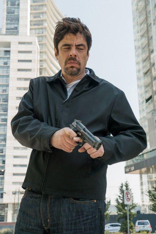 Alejandro (Benicio del Toro) hat noch eine Rechnung mit Isabelas Vater offen.
