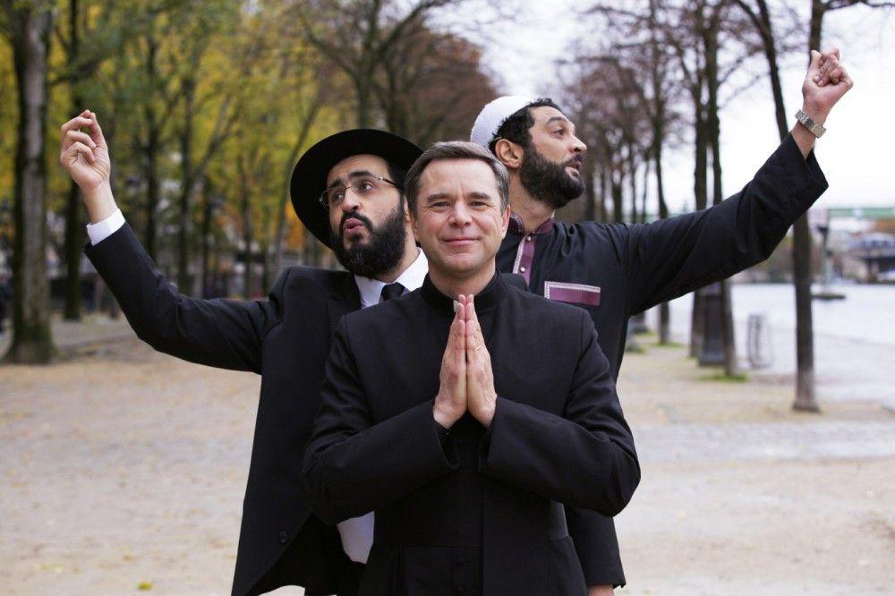 """Der katholische Priester Benoit (Guillaume de Tonquédec, vorn), der ehemalige Rabbi Samuel (Jonathan Cohen, Mitte) und der angebliche Imam Moncef (Ramzy Bedia, hinten) bilden die überkonfessionelle Band """"Koexistenz""""."""