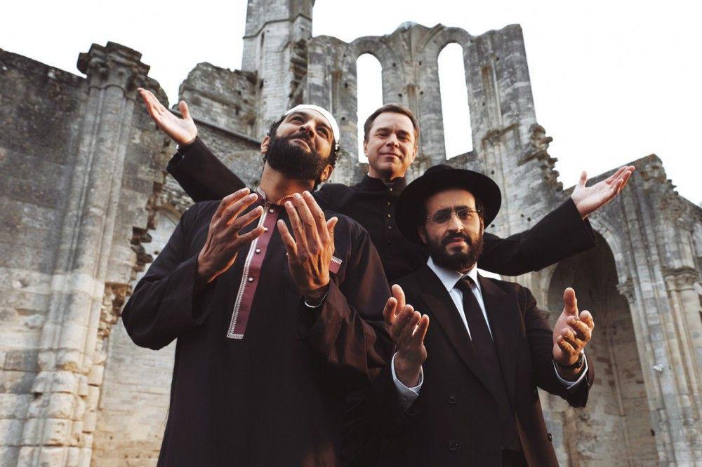 Die Tournee von Moncef (Ramzy Bedia, von links), Benoit (Guillaume de Tonquédec) und Samuel (Jonathan Cohen) verläuft in weltanschaulicher Hinsicht jedoch keineswegs spannungsfrei.