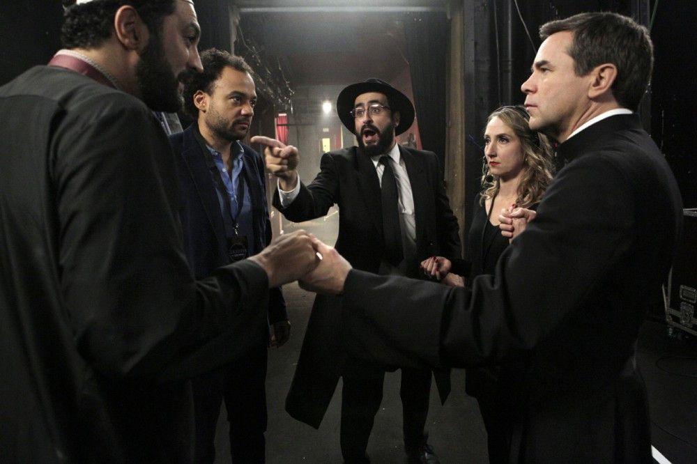 "Die ""Koexistenz"" kurz vorm Auftritt (von links): Moncef (Ramzy Bedia), Nicolas (Fabrice Eboué), Samuel (Jonathan Cohen), Sabrina (Audrey Lamy) und Benoit (Guillaume de Tonquédec)"