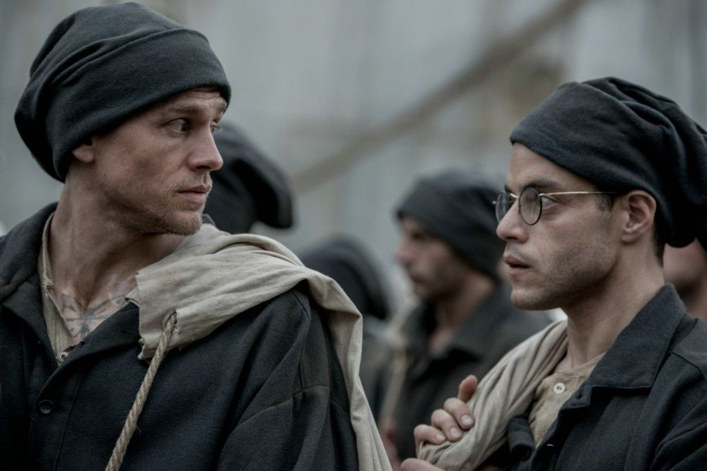 Papillon (Charlie Hunnam, links) will flüchten, Louis Dega (Rami Malek) finanziert seine Pläne.