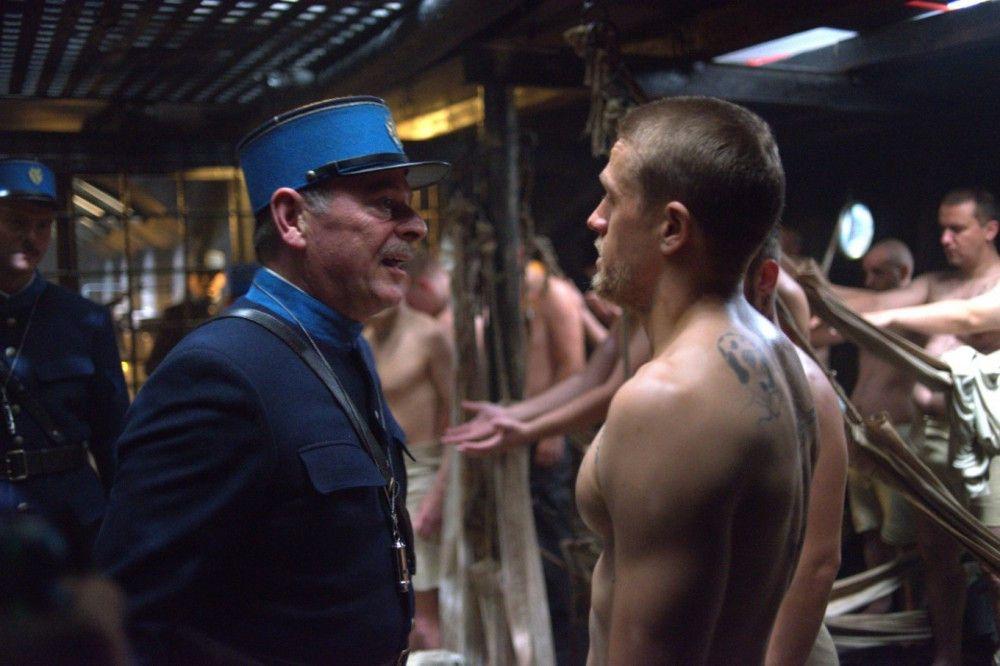 Schon auf der Fahrt in die Strafkolonie gerät Papillon (Charlie Hunnam, rechts) mit einem Aufseher aneinander.