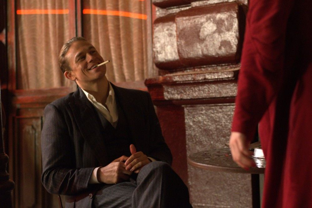 Bevor er verhaftet wird, ist Papillon (Charlie Hunnam) ein Lebemann der Pariser Unterwelt.
