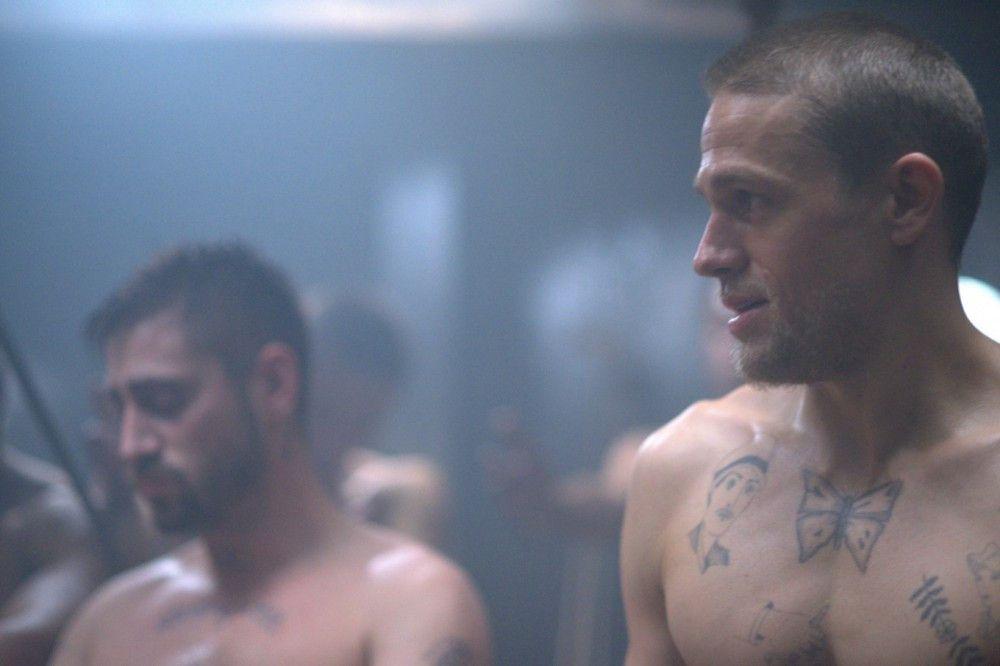 Papillon (Charlie Hunnam, rechts) und Mithäftling Julot (Michael Socha) auf der Fahrt in die Strafkolonie.