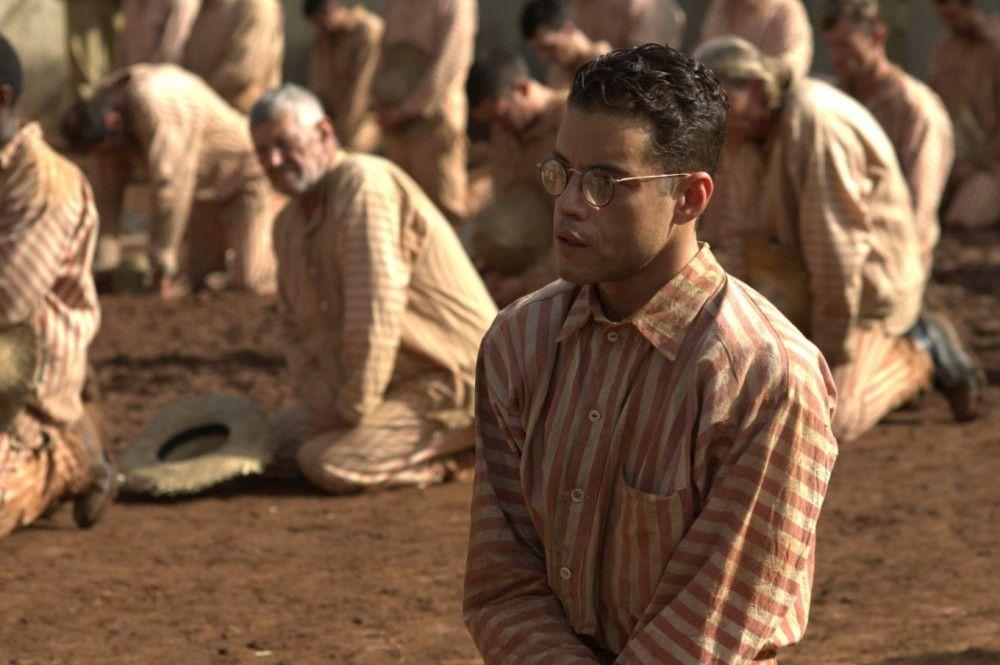 Louis Dega (Rami Malek) muss die Hinrichtung eines Mithäftlings mit anschauen.