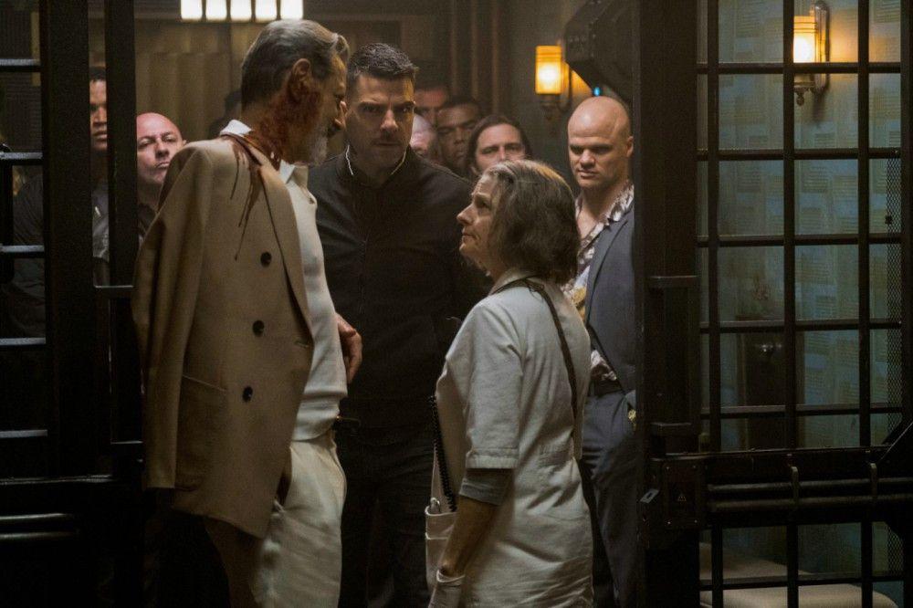 Der berüchtigte Gangsterboss Niagara (Jeff Goldblum, links) finanziert das geheime Hospital, in dem die Schwester (Jodie Foster) ihren Dienst tut.