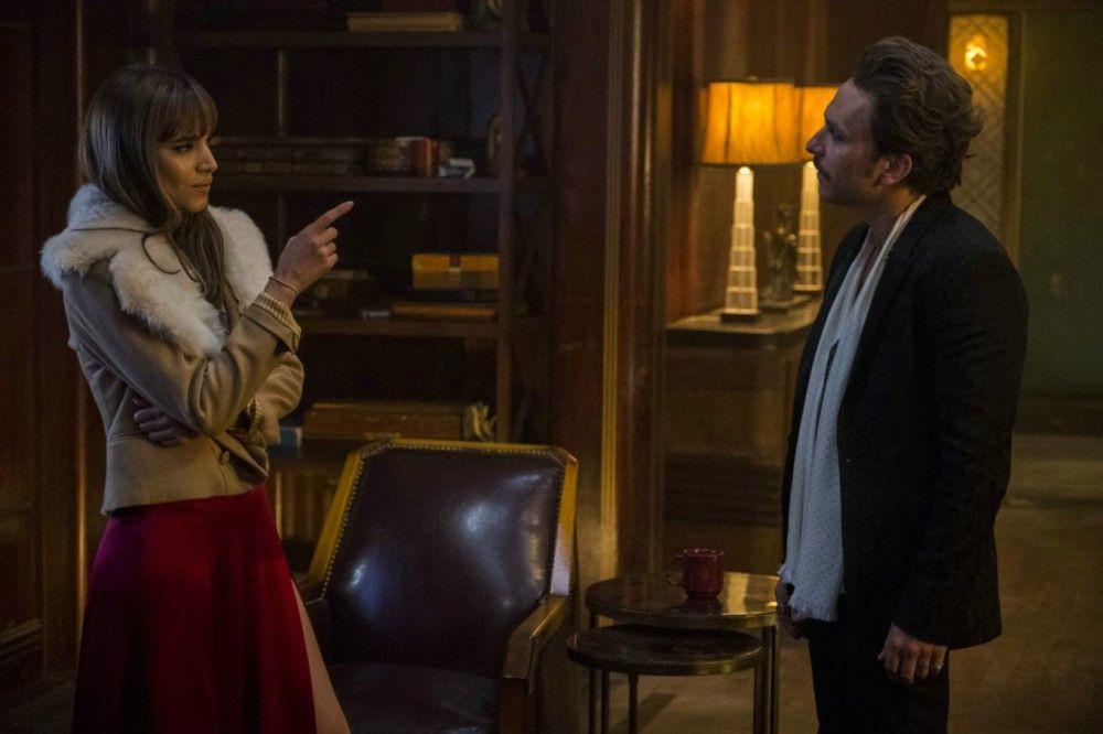 Der aufbrausende Waffenhändler Acapulco (Charlie Day) und die Auftragskillerin Nice (Sofia Boutella) liefern sich hitzige Diskussionen.