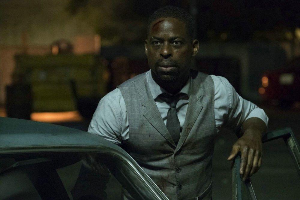 Waikiki (Sterling K. Brown) muss seinen Bruder verletzt ins Krankenhaus bringen.