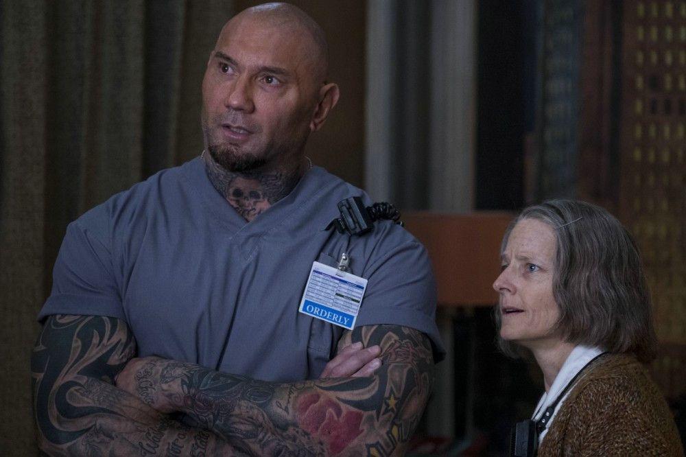 Gemeinsam sorgen die Schwester (Jodie Foster) und Everest (Dave Bautista) für die professionelle Behandlung von Verletzten.