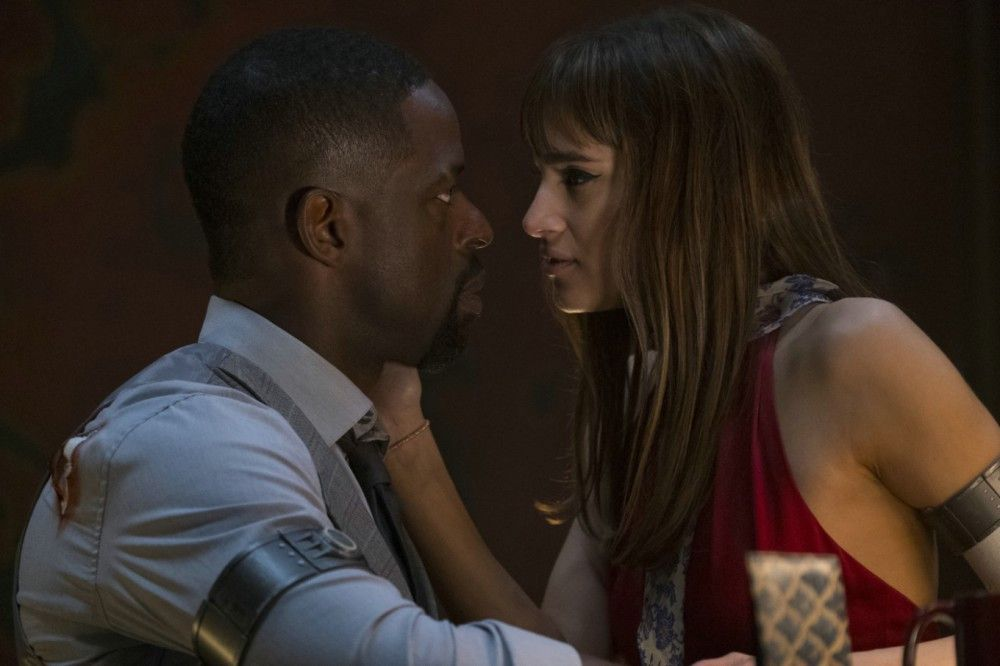 Waikiki (Sterling K. Brown) und Nice (Sofia Boutella) kommen sich näher.