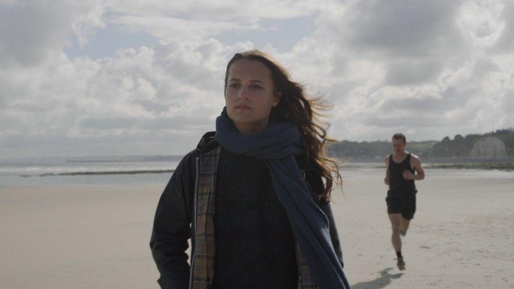 Biomathematikerin Danielle (Alicia Vikander) und Wasserbauingenieur James (James McAvoy) lernen sich am winterlichen Strand der Normandie kennen.