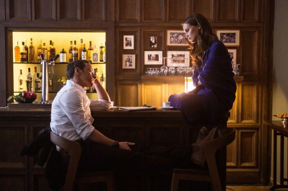 Begegnung in einem hübschen französischen Hideaway für anspruchsvolle Urlauber: Danielle (Alicia Vikander) und James (James McAvoy).