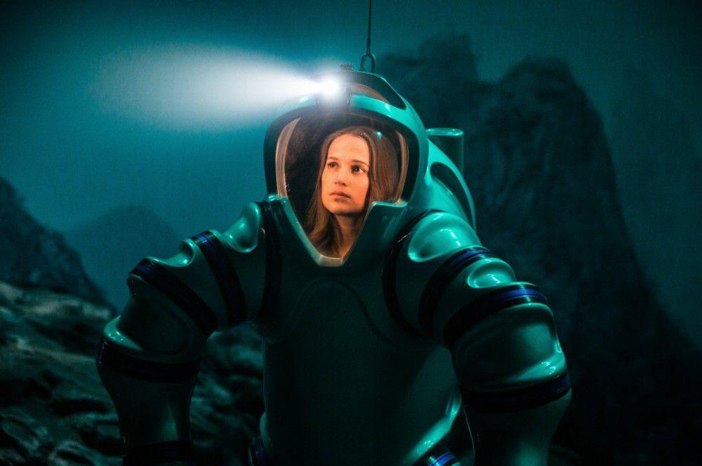 Biomathematikerin Danielle (Alicia Vikander) erforscht die tiefsten Schichten des Meeres.