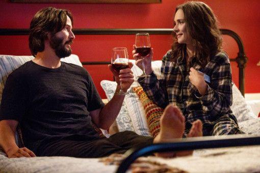 Was für ein Pyjama: Lindsay (Winona Ryder) gibt ihr bestes, um Frank (Keanu Reeves) nicht aus Versehen zu verführen.