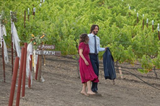 Frank (Keanu Reeves) und Lindsay (Winona Ryder) flüchten in die Weinberge.