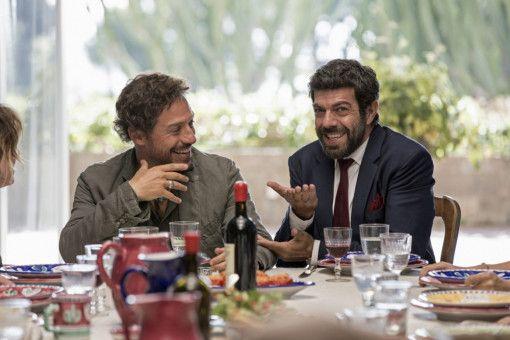 Paolo (Stefano Accorsi, links) und Carlo (Pierfrancesco Favio) sind Teil der Feierlichkeiten von Alba und Pietro.