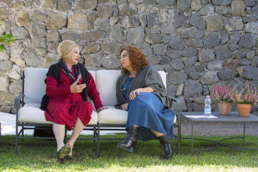 Maria (Sandra Milo, links) und Alba (Stefania Sandrelli) haben sich in ein ruhiges Eckchen zurückgezogen.