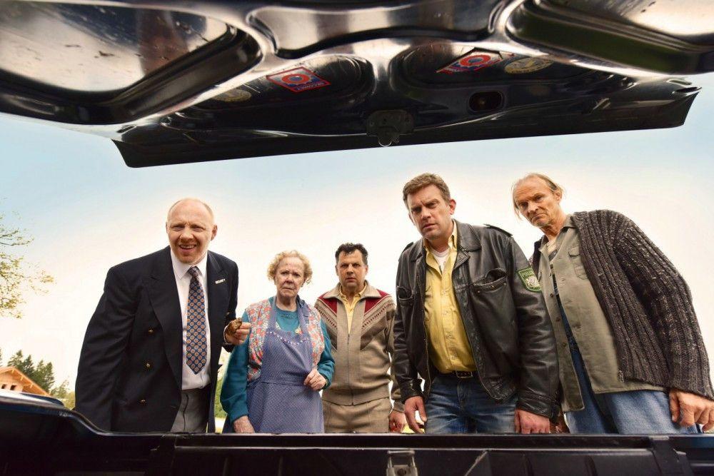 Ja glaubt man's denn? Eine Leiche liegt im Kofferraum. Von links: Rudi (Simon Schwarz), Oma (Enzi Fuchs), Leopold (Gerhard Wittmann), Franz (Sebastian Bezzel) und Papa Eberhofer (Eisi Gulp).