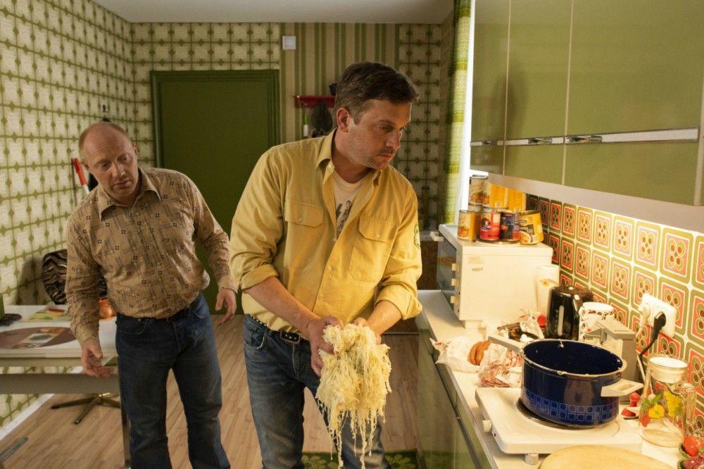 Rudi (Simon Schwarz, links) ist noch skeptisch: Franz (Sebastian Bezzel) nimmt das Kochen ab jetzt selbst in die Hand.