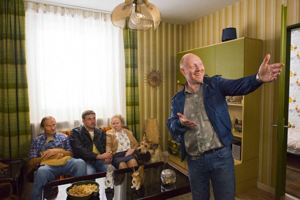 Rudi Birkenberger (Simon Schwarz, rechts) heißt Franz Eberhofer (Sebastian Bezzel), Papa Eberhofer (links) und Oma Eberhofer in seiner Münchner Wohnung willkommen.