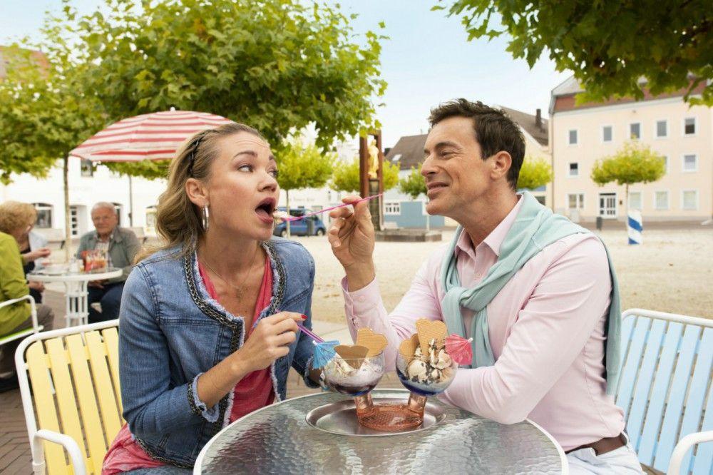 Susi (Lisa Maria Potthoff) flirtet mit Karl-Heinz Fleischmann (Gedeon Burkhard). Höchste Zeit für den Eberhofer, sich zu entscheiden.