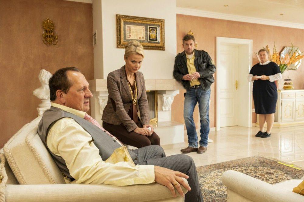 Der Bürgermeister (Thomas Kügel, links), seine Frau (Ursula Gottwald) und Haushälterin Margot Scheller (Ulrike Beimpold, rechts) werden von Franz Eberhofer (Sebastian Bezzel) im Rahmen der Ermittlungen befragt.