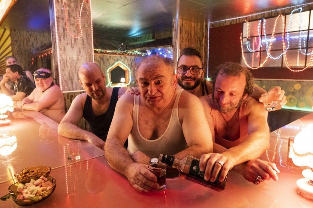 Im Niederkaltenkirchner Swingerclub lassen sie es sich gutgehen, von links: Simmerl (Stephan Zinner), Moratschek (Sigi Zimmerschied), Flötzinger (Daniel Christensen) und Wolfi (Max Schmidt).