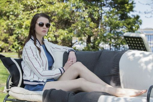 Die snobistische Lily (Anya Taylor-Joy) lebt in einem sehr wohlhabenden Viertel.