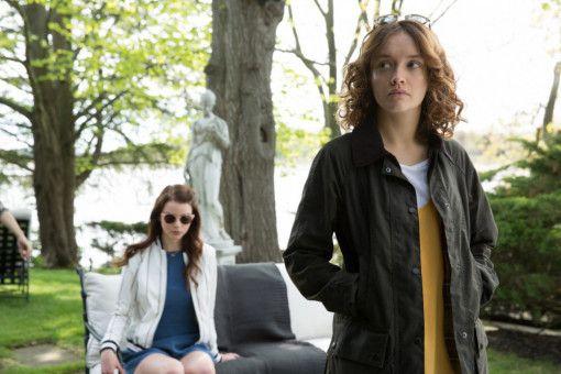 Allmählich findet Lily (Anya Taylor-Joy, links) Gefallen an dem Gedanken, gemeinsam mit Amanda (Olivia Cooke) ihren Stiefvater umzubringen.