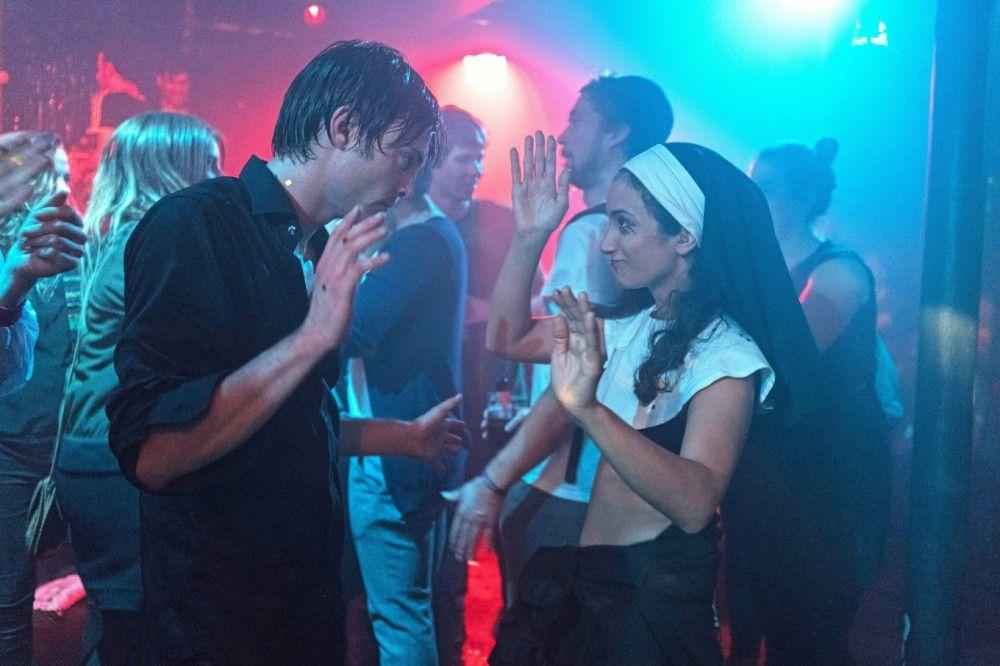 Oskar (Niklas Bruhn) lässt es in der letzten Nacht seines Clubs trotz diverser Probleme noch einmal heftig krachen.