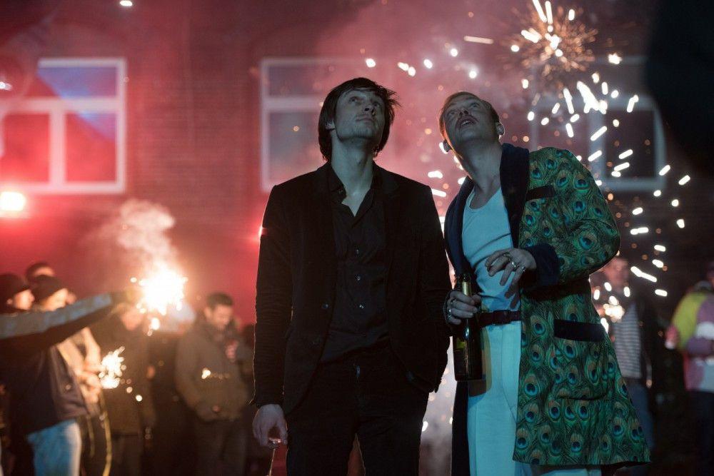 Oskar (Niklas Bruhn, links) und sein Geschäftsführer Pablo (David Schütter) müssen ihren Club nach der Silvesternacht schließen.