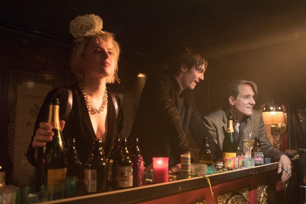 Nina (Martina Schöne-Radunski), Oskar (Niklas Bruhn) und Elvis (Bela B. Felsenheimer, rechts) genießen den letzten Abend in Oskars Club.