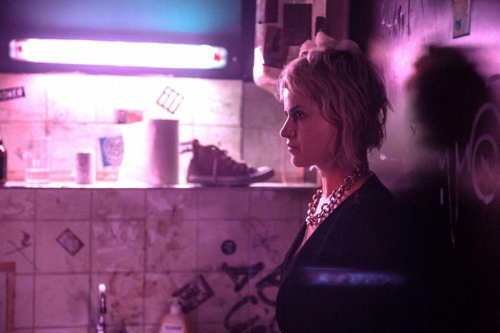 Irgendwann in der rauschenden Nacht erzählt Nina (Martina Schöne-Radunski) ihrem Kumpel Oskar, dass sie einen golfballgroßen Hirntumor hat.