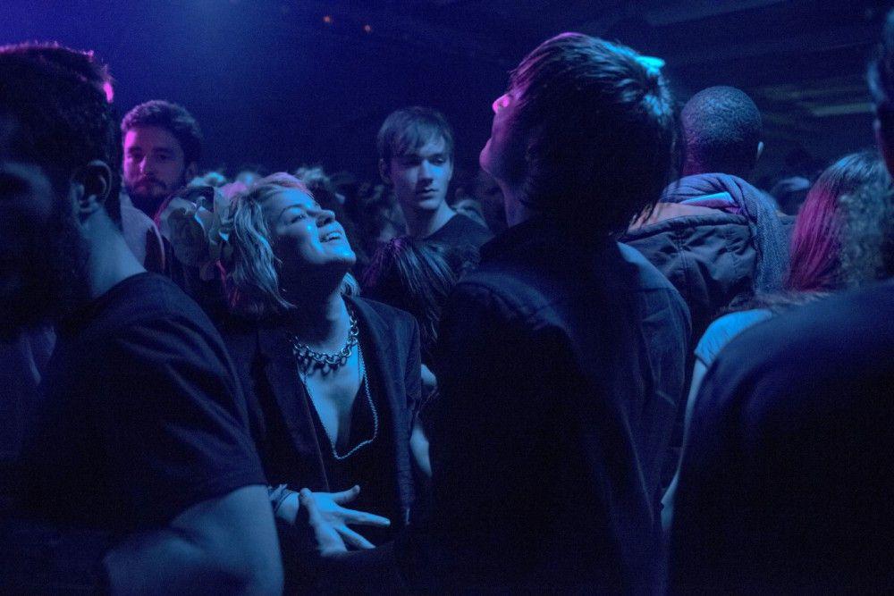 Nina (Martina Schöne-Radunski) macht Oskar (Niklas Bruhn) ein trauriges Geständnis.