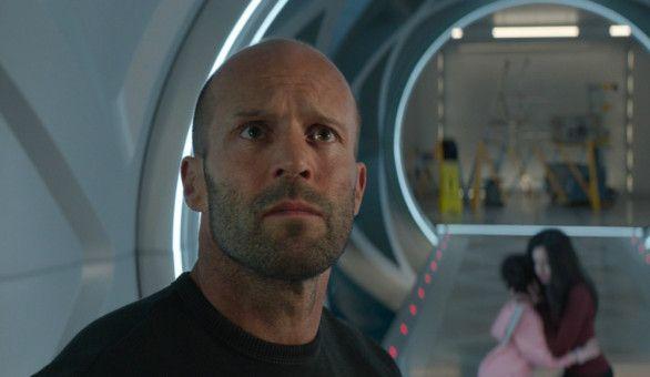 Jonas (Jason Statham) gibt seinen Widerstand auf und hilft, das Expeditionsteam aus seiner misslichen Lage zu retten.