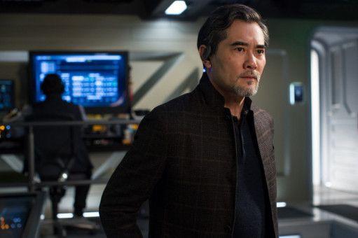 Dr. Zhang (Winston Chao) bittet Jonas Taylor um Hilfe.