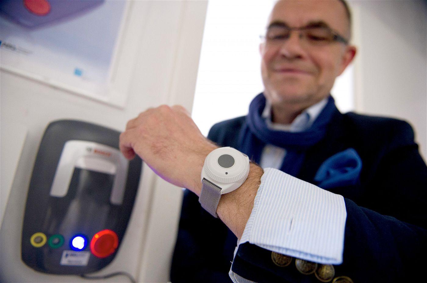 Immer dabei: Der Notrufsender kann wie eine Armbanduhr getragen werden.