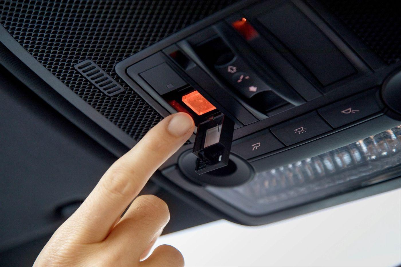 Mehr Sicherheit für unterwegs: In immer mehr Automodellen ist ein Notrufknopf installiert.