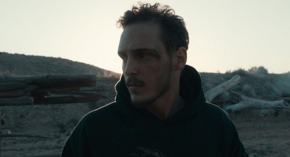 Gabriel (Eric Hunter) ist Kriegsheimkehrer aus dem Irak und muss mit den seelischen Folgen klarkommen.