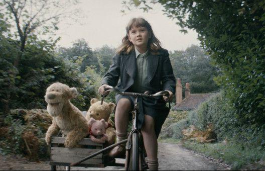 Madeline (Bronte Carmichael) und die sprechenden (Stoff-)Tiere aus dem Hundertmorgenwald eilen zu Christopher Robins Rettung.